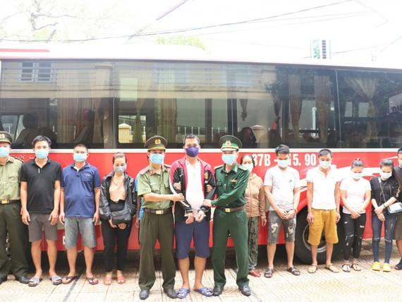 Phương tiện chở các đối tượng từ Hà Tĩnh vào khu vực Cửa khẩu Lao Bảo. Ảnh: Công an Hà Tĩnh