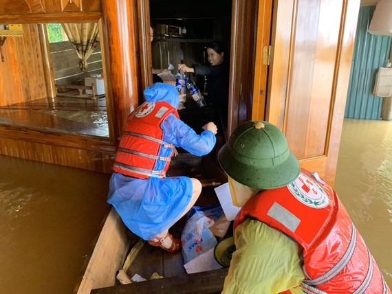 Hội Chữ thập đỏ Hà Tĩnh hỗ trợ lương thực, nước uống cho các hộ dân bị ngập lụt sâu ở huyện Hương Khê