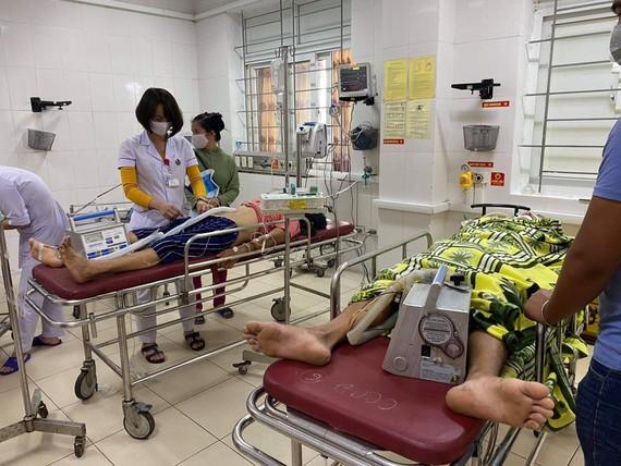 Bệnh nhân M.T.H. và B.V.C. được chuyển vào bệnh viện cấp cứu