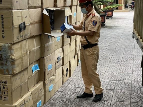 Lực lượng chức năng kiểm tra số lượng khẩu trang y tế không rõ nguồn gốc. Ảnh: Công an Hà Tĩnh cung cấp