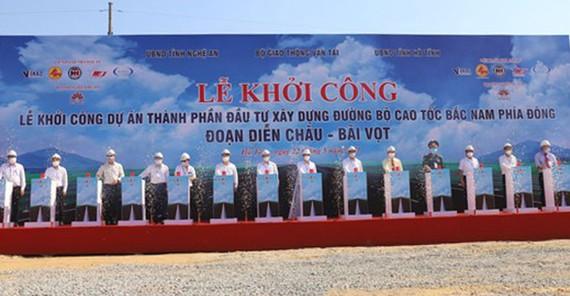 Các đại biểu thực hiện nghi thức ấn nút khởi công dự án