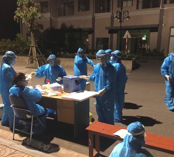 Lực lượng chức năng ở Hà Tĩnh tập trung lấy mẫu xét nghiệm cho người dân