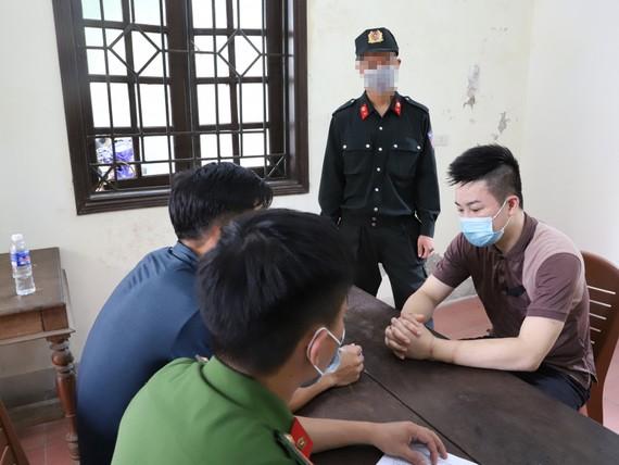 Cơ quan chức năng làm việc với  Nguyễn Trường Giang. Ảnh: Công an Hà Tĩnh cung cấp