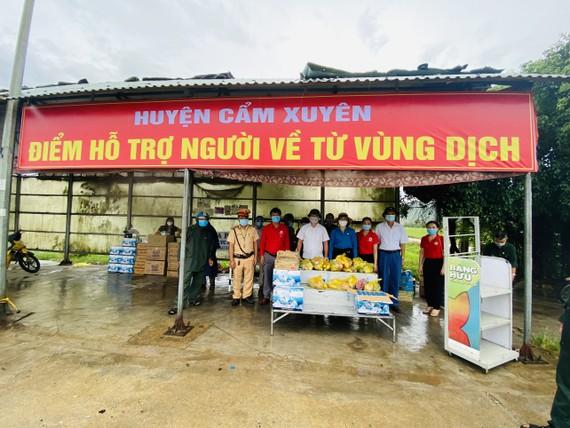 Cơ quan chức năng huyện Cẩm Xuyên hỗ trợ suất ăn nhanh, khẩu trang cho người dân về quê qua địa bàn