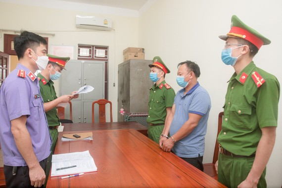 Cơ quan chức năng thi hành lệnh bắt bị can để tạm giam đối với Nguyễn Anh Tuấn