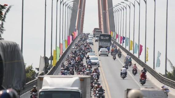 Lượng xe trên cầu Rạch Miễu, hướng từ Bến Tre đi Tiền Giang luôn đông đúc