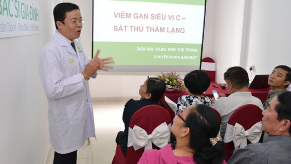 TS.BS Đinh Thế Trung trao đổi với đại biểu tại hội thảo Viêm gan siêu vi C- Sát thủ thầm lặng. Ảnh VIỆT DŨNG