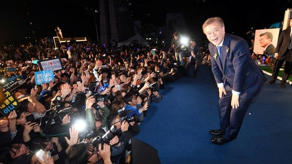 Ông Moon Jae-in tuyên bố chiến thắng trong cuộc bầu cử tổng thống tại buổi lễ ở quảng trường Gwanghwamun, Seoul, Hàn Quốc, tối 9-5-2017. REUTERS