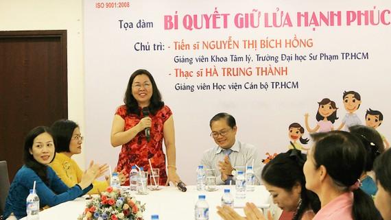 TS Nguyễn Thị Bích Hồng trò chuyện tại buổi tọa đàm  Bí quyết giữ lửa hạnh phúc do Nhà Văn hóa Phụ nữ tổ chức
