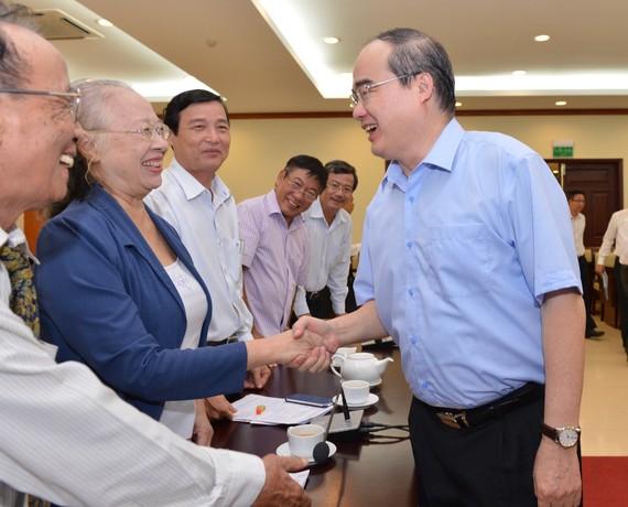 Bí thư Thành ủy TPHCM Nguyễn Thiện Nhân gặp gỡ các đại biểu trí thức TP. Ảnh:VIỆT DŨNG