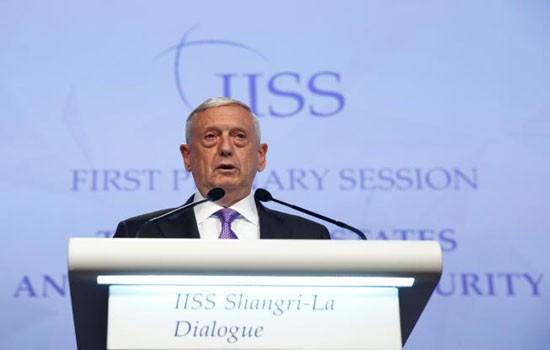 Bộ trưởng Quốc phòng Mỹ James Mattis phát biểu tại Đối thoại Shangri-La lần thứ 16 ở Singapore. Ảnh: Reuters