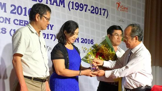 Ông Nguyễn Hoàng Năng, Trưởng ban quản lý các KCX, KCN TPHCM tuyên dương các chủ doanh nghiệp tiêu biểu
