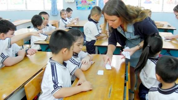 Giờ học tiếng Anh tích hợp của học sinh tiểu học với giáo viên bản ngữ Ảnh: KHÁNH BÌNH