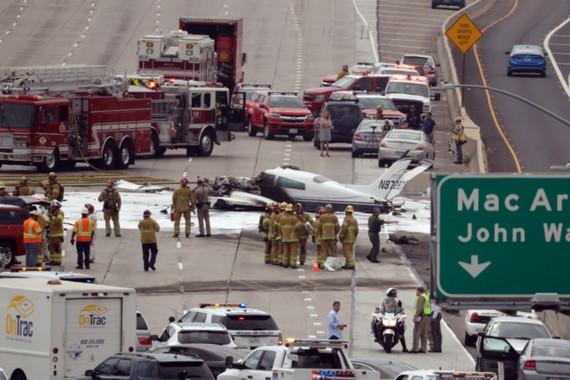 Chiếc máy bay lao xuống đường cao tốc tại California, Mỹ. Ảnh: New York Post