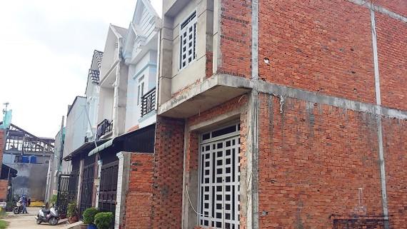 Những căn nhà phân lô bán nền ở ấp 3 xã Vĩnh Lộc B  không hệ thống thoát nước, không có nước sạch