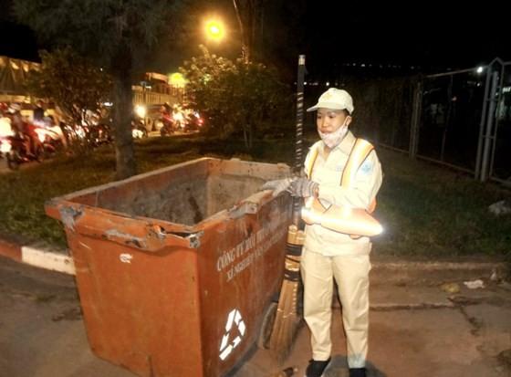 Hàng đêm, những công nhân vệ sinh môi trường vẫn lặng lẽ đi quét dọn làm sạch môi trường thành phố