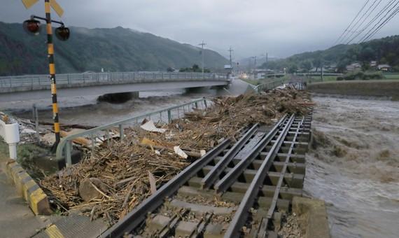 ưa lớn suốt 9 giờ đồng hồ gây hư hỏng đường ray tàu điện ở tỉnh Fukuoka trên đảo Kyushu, tây nam Nhật Bản. Ảnh: REUTERS