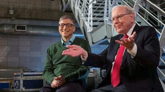 Warren Buffett (phải) và Bill Gates và trong một sự kiện tại Trường Kinh doanh Columbia ở TP New York, Mỹ, ngày 27-1-2017. Ảnh: Bill & Melinda Gates Foundation