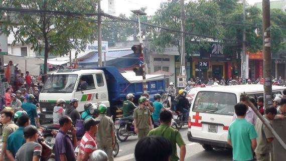 Người dân hiếu kỳ tập trung tại khu vực phát hiện người đàn ông chết bất thường ở TP. Biên Hòa
