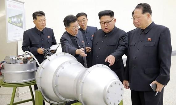 Nhà lãnh đạo Kim Jong-un kiểm tra một quả bom nhiệt hạch. Ảnh: KCNA