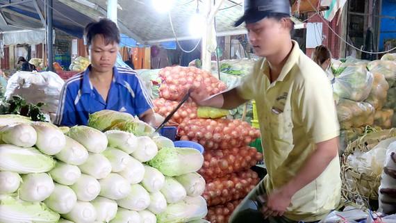 Các loại rau củ quả được bày bán tại chợ đầu mối Hóc Môn, TPHCM