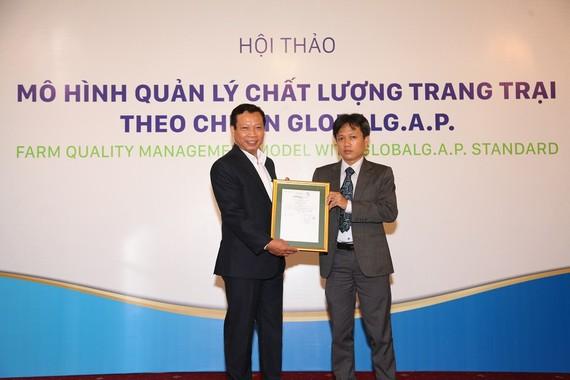 Đại diện Tổ chức Control Union trao chứng nhận GlobalG.A.p. cho đại diện Anova Farm