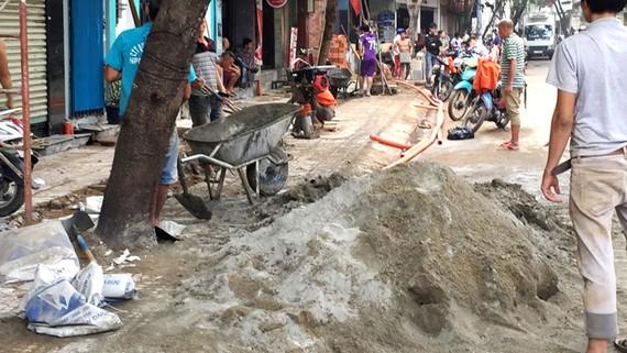 Đường Trần Văn Đang sáng ngày 24-10 ngổn ngang công trường,  ảnh hưởng lớn đến người dân