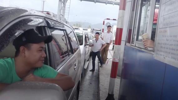 Tài xế dùng tiền lẻ qua Trạm thu phí BOT Ninh An nhằm phản đối chủ đầu tư  đặt trạm sai vị trí