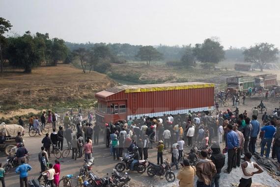 Người dân di chuyển tại khu vực Birgunj, biên giới Nepal-Ấn Độ. Ảnh: TTXVN