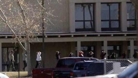 Cảnh sát yêu cầu các học sinh rời khỏi trường học sau vụ xả súng ở trường Aztec ngày 7-12. Ảnh: DAILY TIME