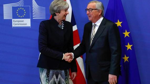 Thủ tướng Anh Theresa May và Chủ tịch Ủy ban châu Âu Jean-Claude Juncker tại trụ sở EC, Brussels, Bỉ, ngày 4-12. Ảnh: REUTERS