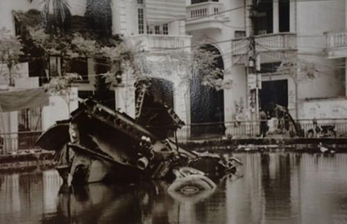 Hình ảnh máy bay B52 bị bộ đội ta bắn hạ và rơi xuống hồ Hữu Tiệp, làng Ngọc Hà, quận Ba Đình, Hà Nội được trưng bày tại triển lãm. Ảnh: VGP