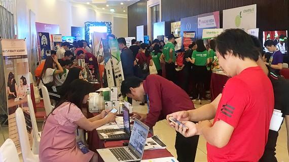 Các bạn trẻ, doanh nghiệp cùng trao đổi, tìm kiếm cơ hội hợp tác trong ngày hội về kinh doanh trực tuyến ở TPHCM