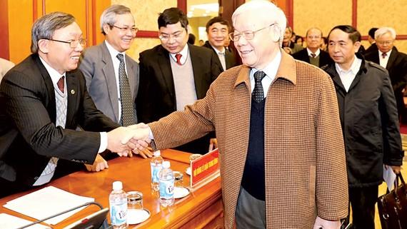 Tổng Bí thư Nguyễn Phú Trọng với các đại biểu dự Kỳ họp thứ 4 của Hội đồng Lý luận Trung ương nhiệm kỳ 2016-2021