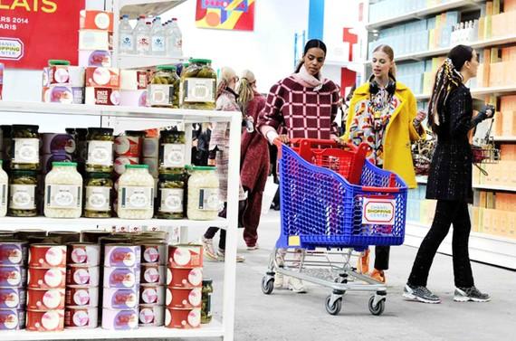 Người dân Pháp mua sắm tại một siêu thị ở Paris