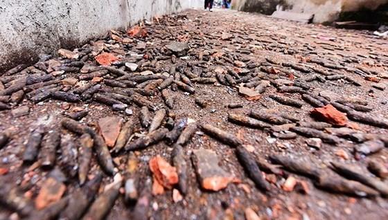 Sau vụ nổ khủng khiếp, đường làng ở  thôn Quan Độ  tràn ngập trong vỏ đạn và đầu đạn cũ