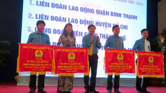 Chủ tịch Tổng LĐLĐ Việt Nam Bùi Văn Cường trao cờ xuất sắc  chúc mừng các tập thể