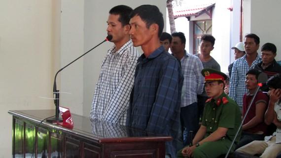 Bị cáo Phan Đình Lộc (áo xanh đen kẻ sọc), Đỗ Văn Quý (áo trắng kẻ sọc vuông) tại phiên tòa