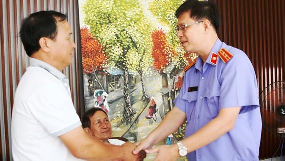 Lãnh đạo Viện KSND huyện Bình Chánh trao Quyết định đình chỉ vụ án, đình chỉ bị can cho ông Nguyễn Văn Tấn (chủ quán cà phê Xin Chào)