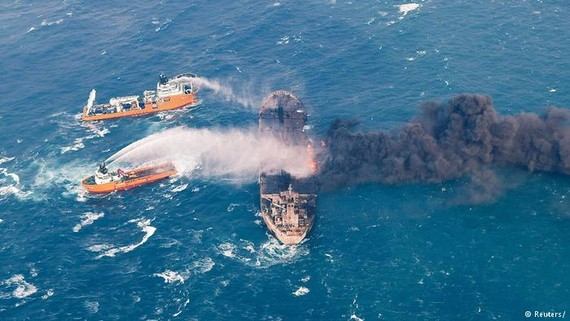 Các tàu cứu hộ phun nước chữa cháy trên tàu chở dầu Sanchi của Iran. Ảnh: REUTERS