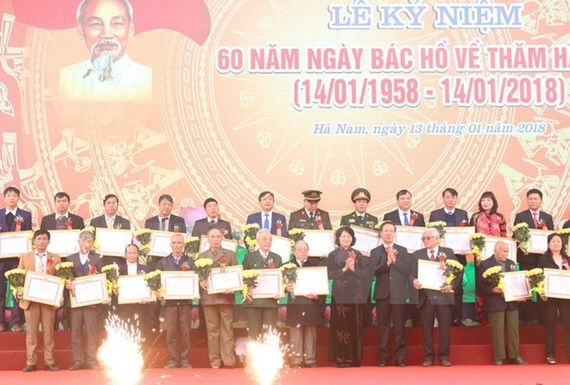 """Trao Bằng khen của Tỉnh ủy Hà Nam cho các tập thể, cá nhân có thành tích xuất sắc trong """"Học tập và làm theo tư tưởng, đạo đức, phong cách Hồ Chí Minh"""" năm 2017. Ảnh: TTXVN"""