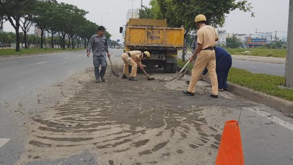 Hình ảnh các chiến sĩ CSGT cùng nhân viên công ty vệ sinh tích cực dọn bùn đất. Ảnh: PC 67 cung cấp