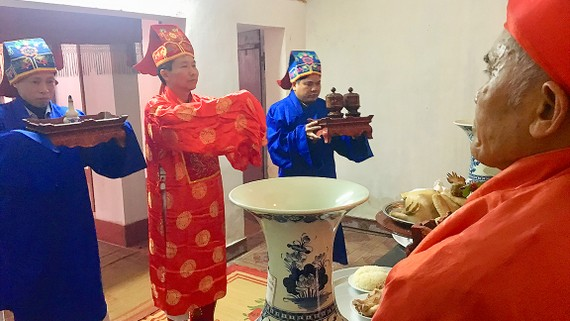Dâng hương trong lễ giỗ Tổ