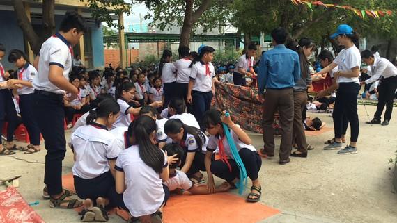 Các em học sinh của Trường THCS Trương Văn Ly trực tiếp tham gia khóa tập huấn và diễn tập phòng chống thiên tai và sóng thần