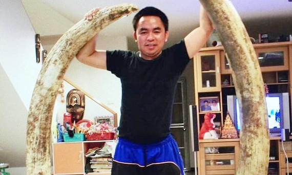 Boonchai Bạch khoe cặp ngà voi lớn trong nhà mình. Ảnh: GUARDIAN
