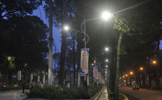 Đèn LED chiếu sáng tại Công viên Văn Lang                 Ảnh: CAO THĂNG