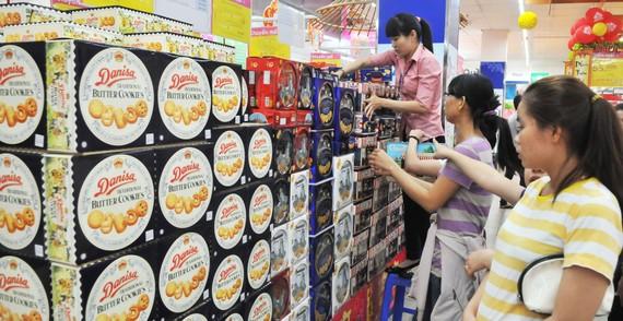 Đa dạng sản phẩm bánh kẹo hàng Việt và ngoại nhập phục vụ thị trường tết       Ảnh: CAO THĂNG