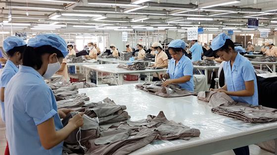 Sản xuất hàng dệt may xuất khẩu. Ảnh minh họa: MỸ HẠNH