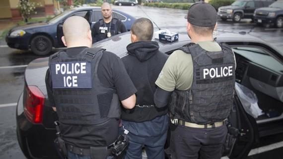 Cảnh sát Mỹ bắt giữ những người nhập cư bất hợp pháp tại 6 bang của nước này. Ảnh: ICE