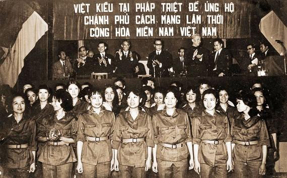 Kiều bào Pháp đón Đoàn đại biểu Chính phủ Cách mạng Lâm thời  Cộng hòa miền Nam Việt Nam sang Pháp (bà Lương Bạch Vân đứng thứ hai,             hàng đầu, từ phải qua)             Ảnh: Ts Lương Bạch Vân cung cấp
